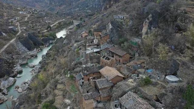 贵州威宁县 | 这条绝壁溜索维系182人的生活,如今却被抛弃…--新县志